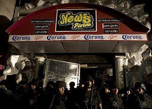La entrada de la discoteca, tomada por la Policía. (Foto: AP)