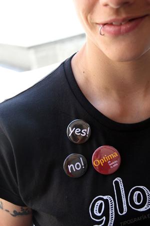 Una asistente al Congreso de Tipografía luce las chapas a favor y en contra de la Comic Sans. (Foto: 3CIT)