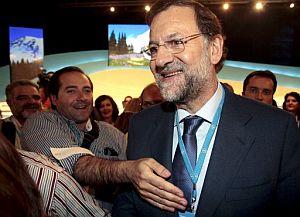 Mariano Rajoy, felicitado por los asistentes. (Foto: EFE)