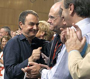 Zapatero es felicitado por el presidente del PSOE, Manuel Chaves. (Foto: EFE)