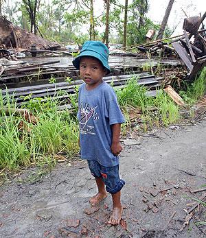 Un de los niños que consiguió sobrevivir a la catástrofe. (Foto: AFP)
