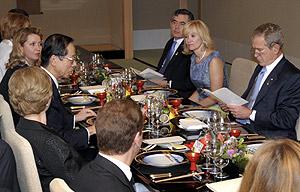 Los líderes del G8, durante la cena. (Foto: AP)