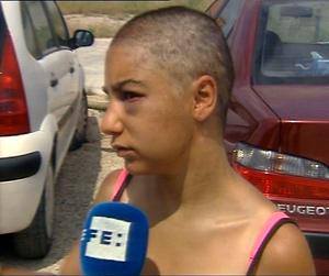 La joven, tras salir de su cautiverio, explicaba su experiencia a los medios. (Foto: Efe)