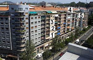 Calle donde residirá De Juana. Su casa es la número 1. En el resto de números, familiares de vícitimas de ETA. (Foto: Justy)