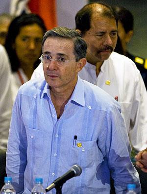 Álvaro Uribe, presidente de Colombia, junto a su homólogo de Nicaragua, Daniel Ortega. (Foto: AFP)