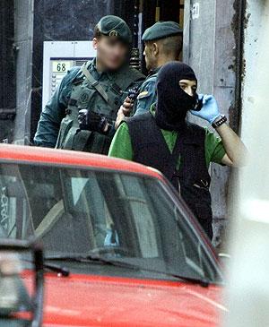 Varios guardias civiles, durante la operación que dio al traste con el 'comando Vizcaya'. (Foto: Mitxi)