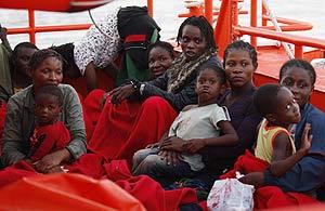 Varias mujeres con sus hijos, tras ser rescatados y llevados a Motril. (Foto: REUTERS)