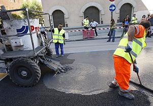 Operarios prueban el nuevo asfalto en la calle Martin de los Heros. (Foto: EFE)