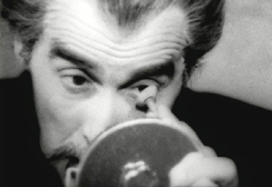 Christopher Lee, Drácula, quitándose las lentillas en una escena de 'Vampir'. (Foto: Films 59)