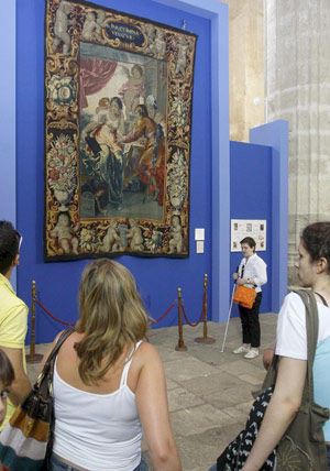 La invidente Andrea Domínguez conduce a los visitantes por la exposición 'De Castrojeriz a Brujas'. (Foto: EFE)