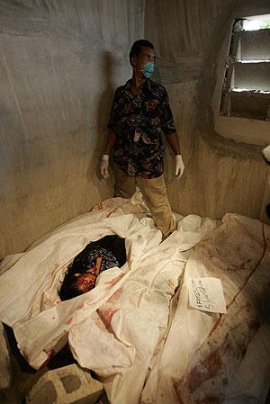 Un voluntario, en la morgue improvisada para acoger los cuerpos de las víctimas. (Foto: EFE)