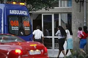 Varias mujeres allegadas a la joven asesinada llegan al edificio donde se produjo el crimen. (Foto: EFE)
