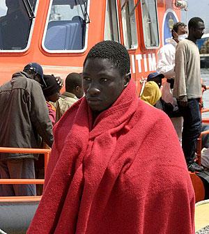 Uno de los inmigrantes en el puerto de Motril (Granada). Foto: EFE)