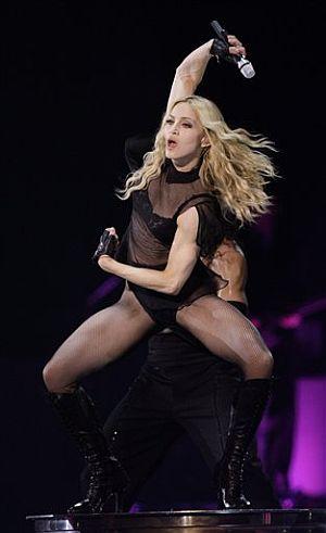 Madonna, durante el concierto en el Millennium Stadium de Cardiff. (Foto: AP)