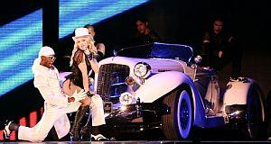 Otro momento del concierto, con el descapotable retro exhibido. (Foto: AFP)