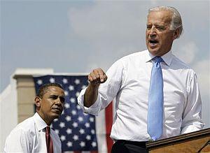 Obama escucha a Biden durante su intervención en el mitin de Springfield. (Foto: AP)