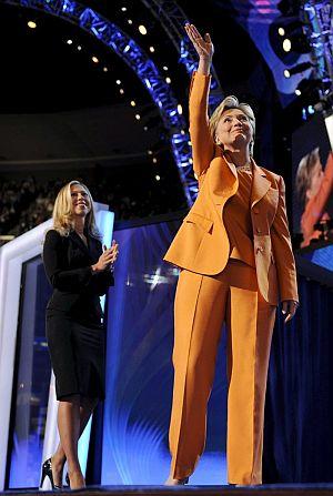 La senador de Nueva York saluda al público tras su discurso. Con ella, su hija Chelsea. (Foto: EFE)