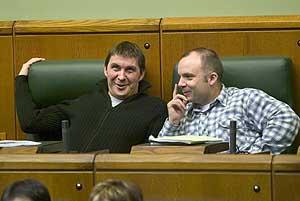 Otegi (izda.) junto a Jon Salaberría (dcha.), en un pleno del Parlamento Vasco en 2005. (Foto: EL MUNDO)