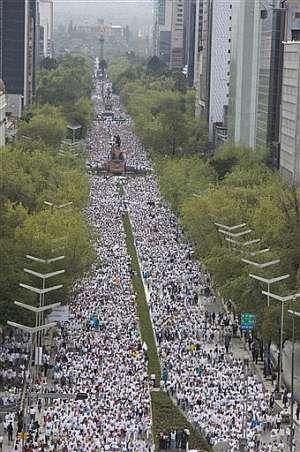 Miles de personas se manifiestan en la 'Avenida de la Reforma' de ciudad de México. (Foto: AP)