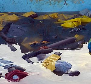 Los cuerpos sin vida de los 13 inmigrantes flotan dentro del cayuco que arribó a Gran Canaria. (Foto: REUTERS)
