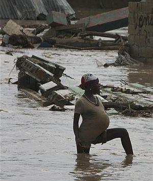 Una mujer embarazada, en una de las calles inundadas en Gonaives. (Foto: AP)