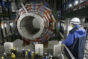 Técnicos del CERN examinan el detector CMS, que forma parte del acelerador de partículas LHC. (Foto: AP)