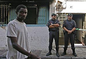 Un subsahariano pasa ante la policía en Roquetas de Mar. (Foto: AFP)
