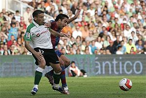 Luis Fernández y Xavi disputan un balón en el partido de la temporada pasada. (Foto: Cotera)