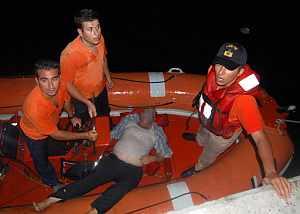 Equipos de rescate con uno de los pasajeros del ferry. (Foto: AFP)