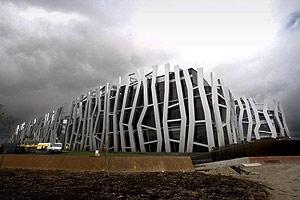 """El """"Edificio Vital"""", nueva sede central de Caja Vital Kutxa en el barrio vitoriano de Salburua, en una imagen tomada en 2007. (Foto: EFE)"""