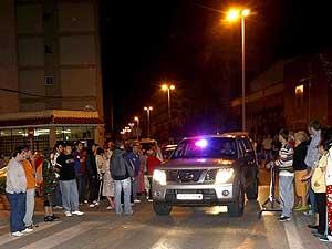 Un vehiculo de la policía atraviesa el cordón policial entre vecinos de Santoña. (Foto: EFE)