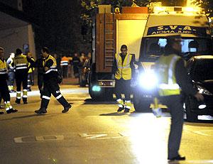 Miebros de las fuerzas de seguridad y sanitarios, en la zona del siniestro. (Foto: Pedro Puente)