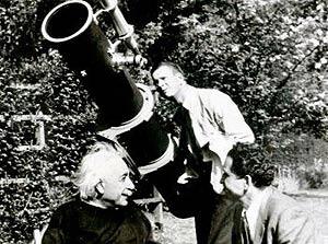 Einstein y el telescopio con algunos científicos. (Foto: Universidad Hebrea de Jerusalén)