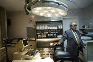 El doctor Morín, en una de sus clínicas en una imagen de archivo. (Foto: Quique García)