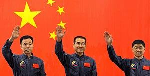 De izquierda a derecha los astronautas chinos Jing Haipeng, Zhai Zhigang y Liu Boming. (Foto: AFP)