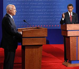 Obama se dirige a McCain en un momento del debate en Oxford, Misisipí. (Foto: AFP)