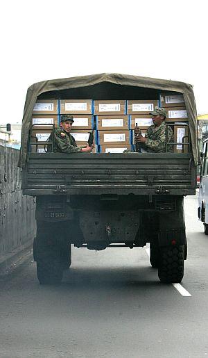 Soldados ecuatorianos custodian las cajas en las que están las papeletas para la votación. (Foto: EFE)