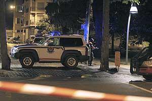 Un vehículo de la Ertzaintza en las inmediaciones del edificio judicial donde ha estallado la bomba. (Foto: EFE)