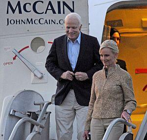 McCain (i) y su esposa, Cindy (d), llegan a Nashville, Tennessee, para participar en el debate contra Obama.