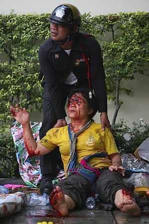 Un manifestante, herido en el suelo. (Foto: AP)
