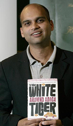 Aravind Adiga, con una copia de su obra 'The White Tiger' en Londres. (Foto: AP)