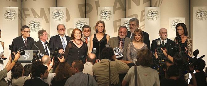 El ganador del Planeta, la finalista y todo el jurado, en la foto de familia de fin de fiesta. (Santi Cogolludo)