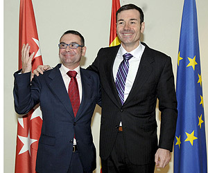 El secretario general de los socialistas madrileños , Tomás Gómez, junto al primer teniente alcalde y concejal de Hacienda en Parla, José María Fraile (Foto: EFE)
