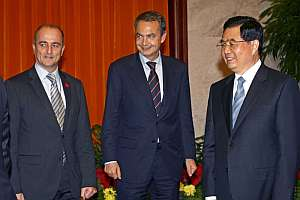 Zapatero, junto al ministro de Industria, Miguel Sebastián, y el presidente chino, Hu Jintao. (Foto: EFE)