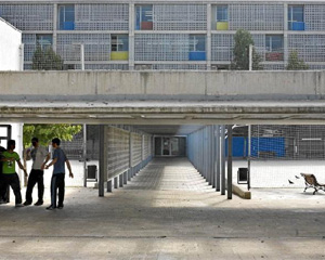 La entrada del instituto Can Peixauet, en Santa Coloma de Gramenet. (Foto: Santi Cogolludo)