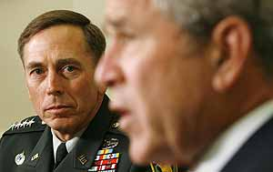 El general David Petraeus escucha atentamente a George Bush. (Foto: REUTERS)