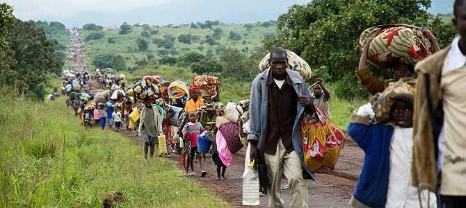 Desplazados camino de la ciudad de Goma para huir de los combates. (Foto: REUTERS)