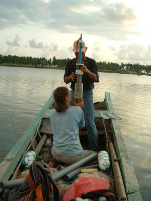 Los científicos recogen datos en la costa de Aceh, en Sumatra. (Foto: NATURE)