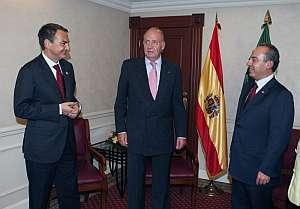 El Rey y Zapatero, junto con el presidente de México, Felipe Calderón. (Foto: EFE)