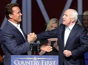 Arnold Schwarzenegger saluda a John McCain. (Foto: EFE)